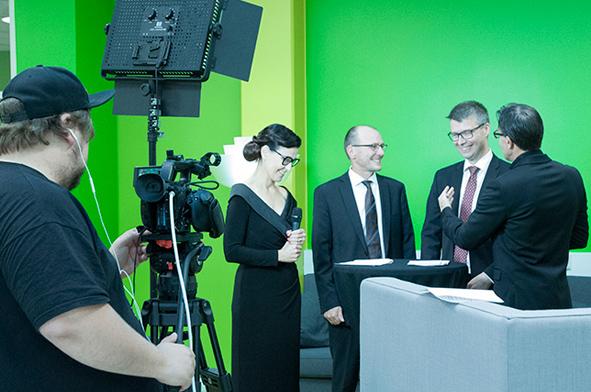 SAMKin henkilökunta haastateltavana SAMK-kampus Porin kirjastossa.