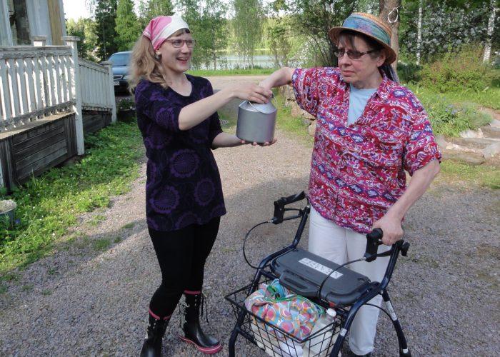 Rollaattorin kanssa kulkenut Pirkko Soini kertoi, että polulla pääsee kulkemaan hyvin.