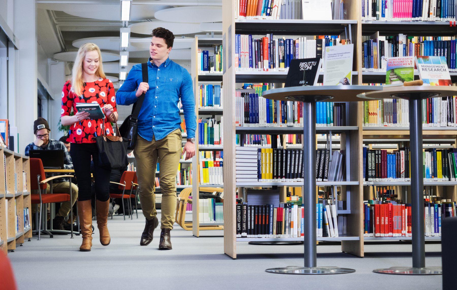 Opiskelijoita SAMKin kirjastossa, students in the library.