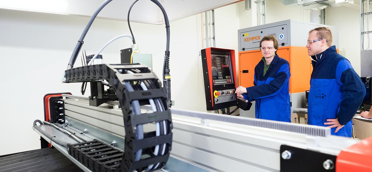 SAMKin konetekniikan opiskelijoita konetekniikan laboratoriossa.
