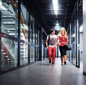 Kaksi opiskelijaa kävelemässä Merimäen kampuksella.