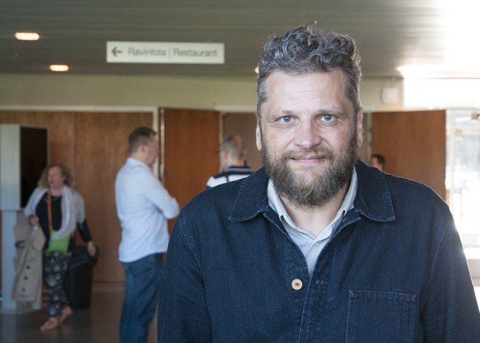 Etualalla oleva Jaakko Heinimäki oli puhumassa SAMKin henkilöstöpäivässä. Taaempana SAMKin henkilökuntaa.