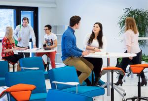 SAMKin opiskelijoita juttelemassa Rauman kampuksen luokkahuoneessa.