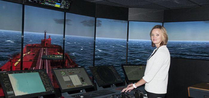 Ninna Roos merenkulun simulaattorissa.