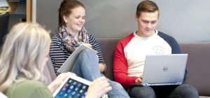 Opiskelijat kirjaston sohvalla kuva Katri Vakiparta