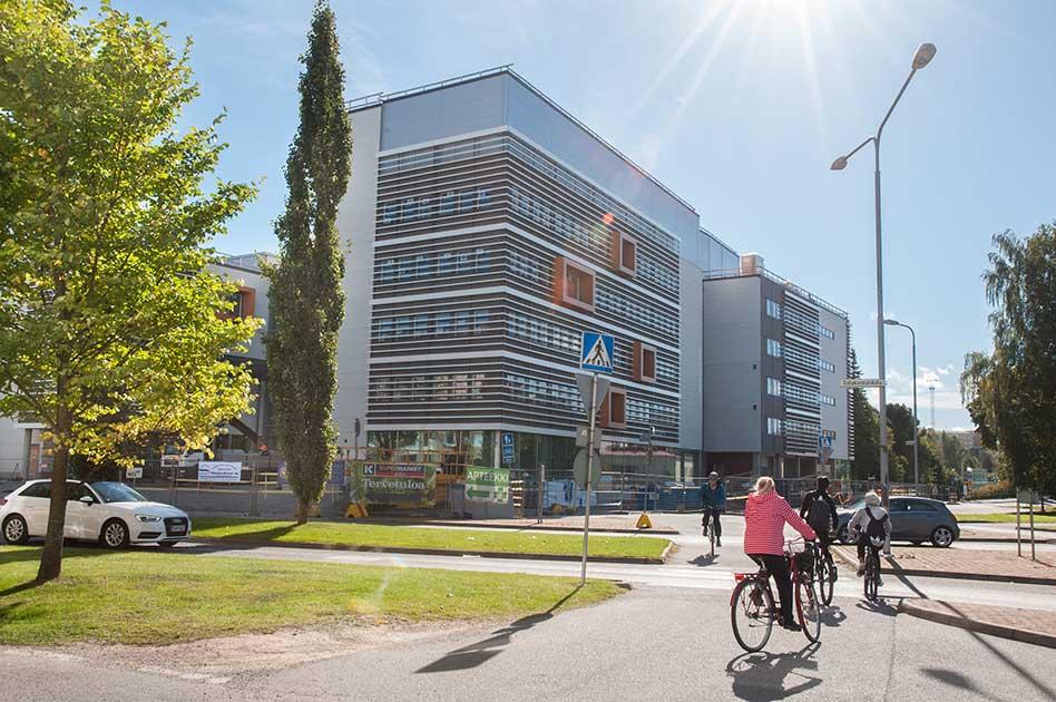 SAMK-kampus Porin rakennus ulkoapäin kesällä 2016.