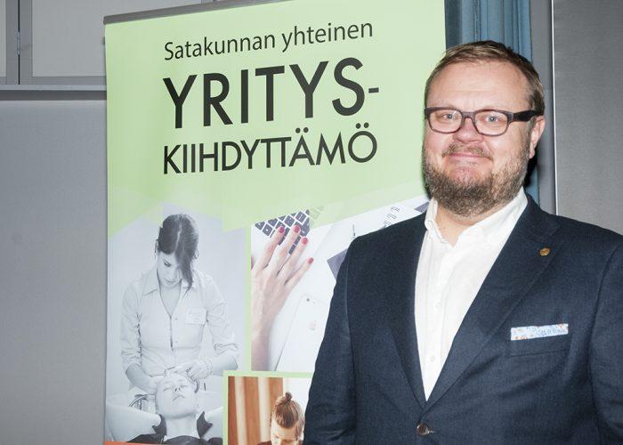 Petri Rajaniemi seisoo Yrityskiihdyttämön roll upin edessä.