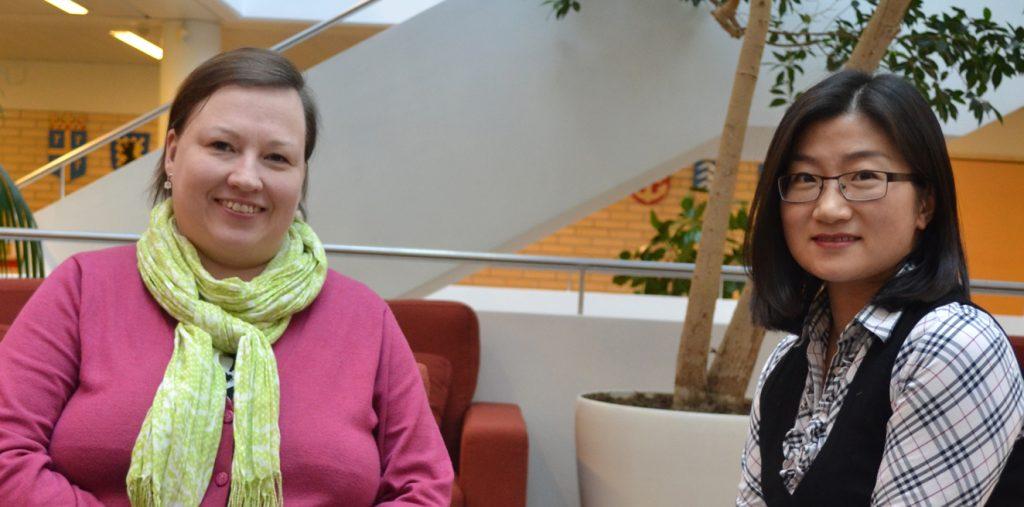 NIBS-toimisto: kansainvälisen kaupan opiskelija Anu Aalto ja International Business -koulutus-ohjelmassa opiskeleva Xuelian Yang (Serena).
