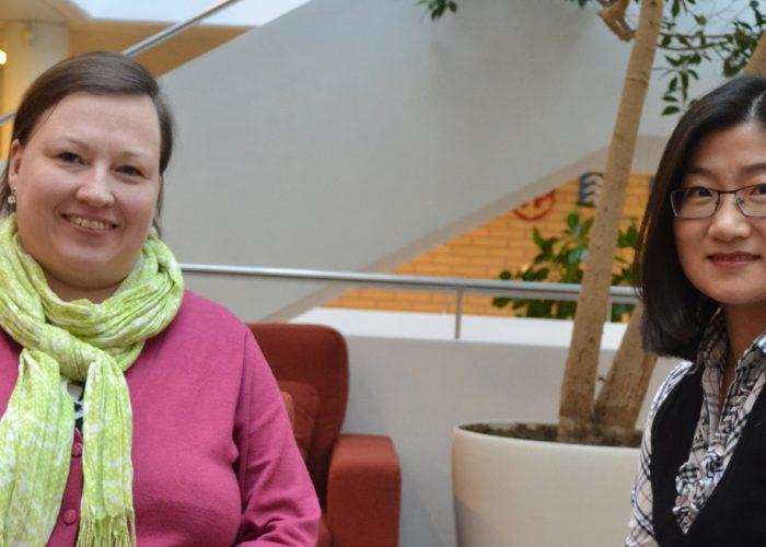 NIBS-toimisto: kansainvälisen kaupuan opiskelija Anu Aalto ja Internationaö Business -koulutusoohjelmassa opiskeleva Xuelian Yang (Serena).