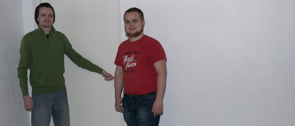 Anton Murashev (vas.) ja Riku-Hermanni Kuusisto haluavat säilyttää kävijöille salaisuuden oven takaa löytyvästä Escape Room -maailmasta.