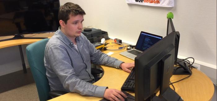 Tietojenkäsittelyn opiskelija Valtteri Peltola työpaikallaan.