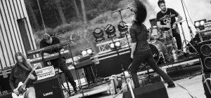 Kuva Fishbait Festivalilla esiintyvästä rockbändistä kesken esityksen.