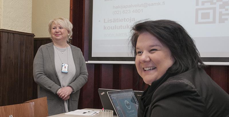 Tuula Miettinen ja Jenni Rajahalme esittelevät yrittäjän koulutusohjelmaa.