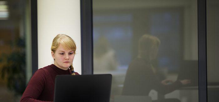 Opiskelija katsoo tietokonetta.