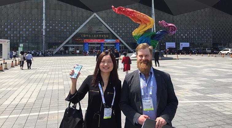 Messutunnelmissa Samkin Changzhoun toimiston vetäjä Eva (Chujun) Xiao ja Ali-Ketolan tilan yrittäjä Kimmo Ala-Ketola Shanghai World Expo-messukeskuksen edustalla. by Maaria Berg