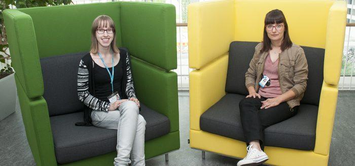 Kaksi naista istuu nojatuoleissa SAMKin kampuksella Porissa