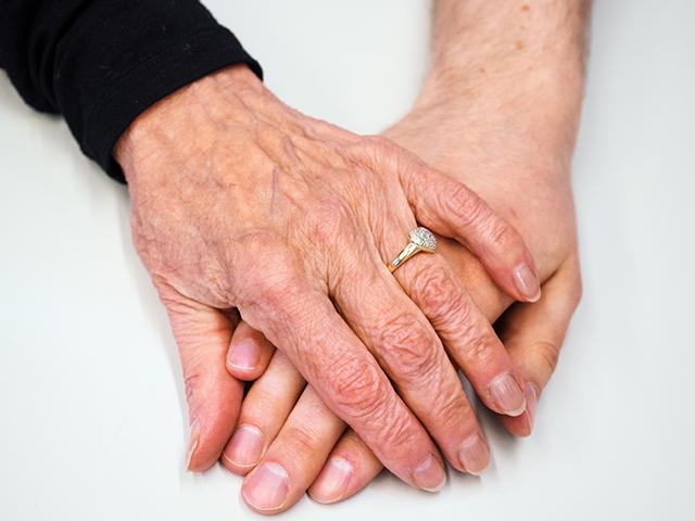 SAMKin sosiaali- ja terveysalan opiskelijan ja vanhuksen kädet.