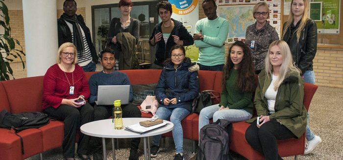 Kansainvälinen opiskelijaryhmä SAMK-kampus Rauman aulassa opettaja Daniela Tanhuan kanssa.