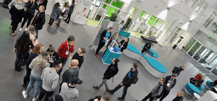 Opiskelijoita SAMK-kampus Porin aulassa OpenSAMK-tapahtumassa.