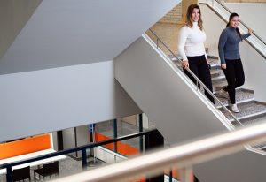 SAMKin opiskelijoita laskeutumassa Rauman kampuksen portaita.