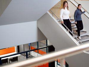 Opiskelijat laskeutuvat rappusia Samkin Rauman kampuksen portaikossa.