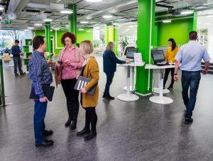 Opiskelijoita ja henkilökuntaa SAMKin Porin kampuksen kirjastossa.