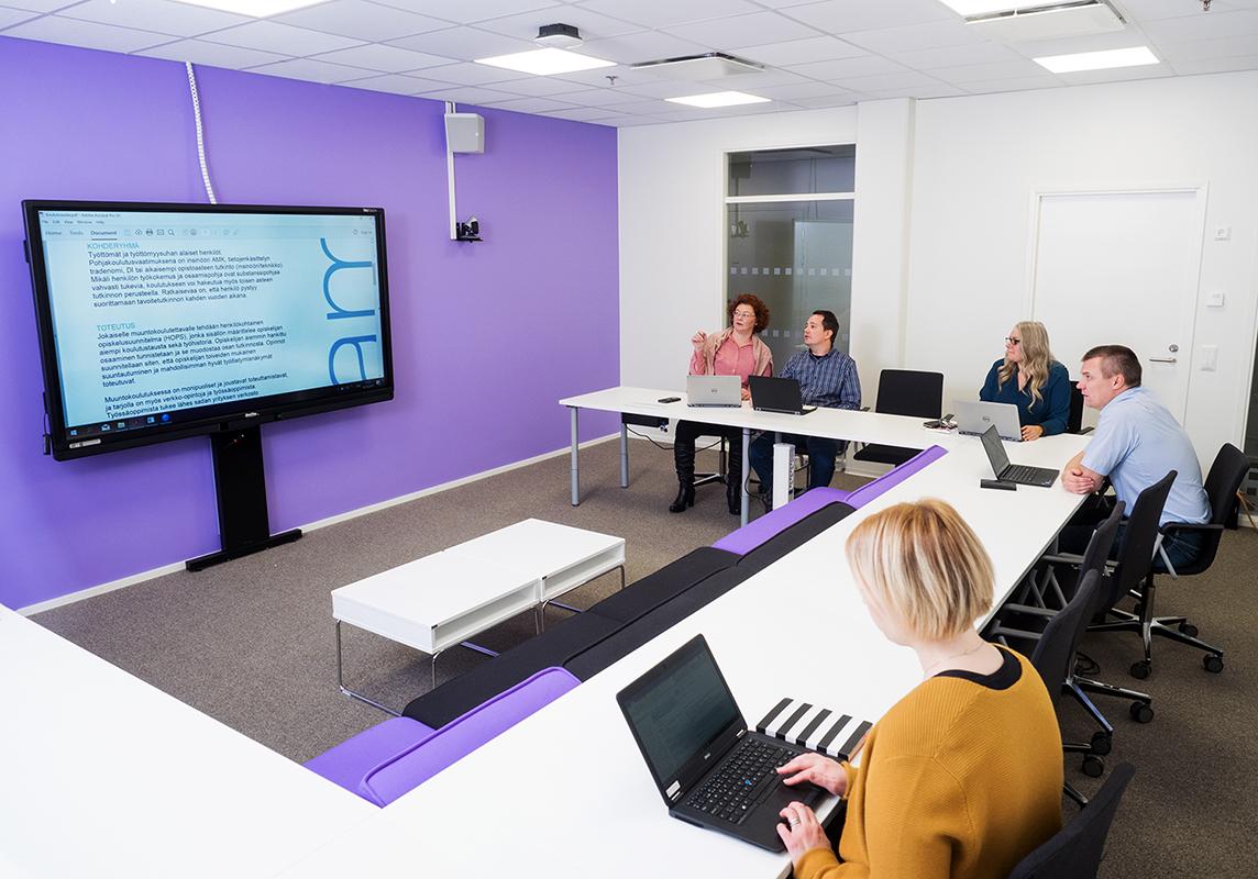 Opiskelijoita SAMKin Porin kampuksen luokassa.