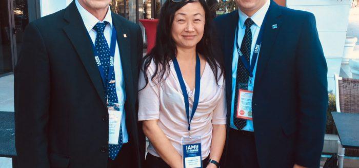 SAMKIn Sauli Ahvenjärven seurassa Gdynia Maritime Universityn Irek Czarnowski.Puolasta ja Svendborg International Maritime Academy'n Tina Birgitte Sörensen Tanskasta. Heidän kanssaan toteutamme merenkulun koulutusta ja kyberturvallisuutta koskevan projektin.