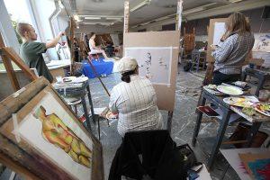 SAMKin kuvataiteen kampuksella opiskelijoita maalaamassa.