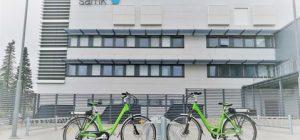 Kaksi polkupyörää parkissa SAMKin kampuksen edustalla Porissa