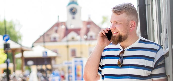 SAMKin opiskelija Rauman torilla juttelemassa puhelimeen.