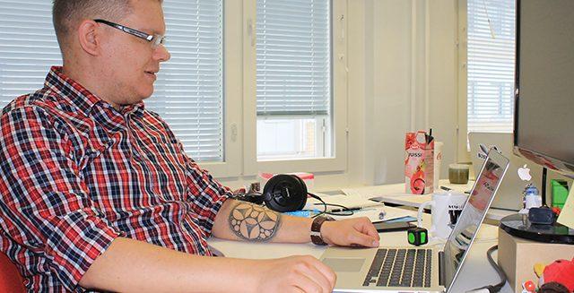 SAMKista tietojenkäsittelyn tradenomiksi valmistunut Juho Salli työpaikallaan.
