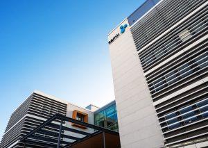 SAMK kampus Porin rakennus kuvattuna taivasta vasten.