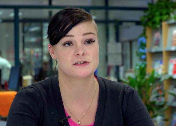 Logistiikan opiskelija Sanna Kantele SAMKin Rauman kampuksen kirjastossa.