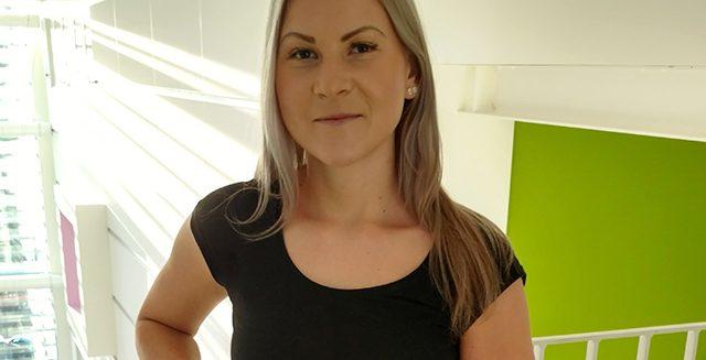 SAMKin tradenomiopiskelija Sofia Iltanen SAMK-kampus Porin käytävällä.