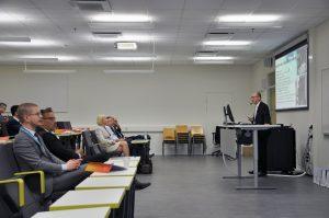 Rehtori Juha Kämäri esittelemässä SAMKia UASnet-tapahtuman osallistujille.