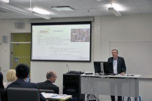 UASnet-tapahtuman luennoitsija luennoimassa auditoriossa.