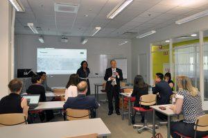 UASnet-tapahtuman luennoitsijoita luokassa.