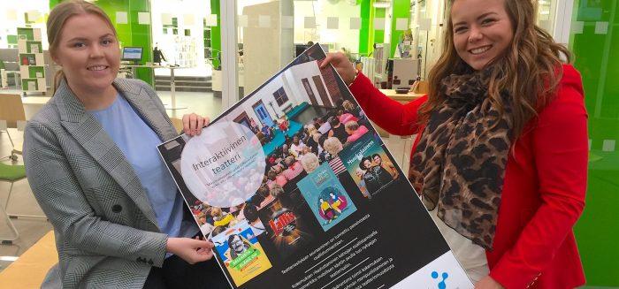 Linda Kolehmainen ja Nita Vallimäki esittelevät suunnittelemaansa Rauman kaupungin teatterin posteria.