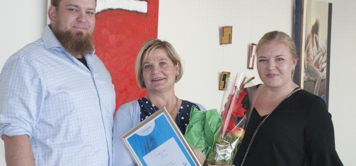 SAMKin vuoden opettaja on hoitotyön lehtori Airi Westergård. Palkinnot antoivat opiskelijakunnan puheenjohtaja Tuomas Saarnilahti ja pääsihteeri Tara Vallimäki.