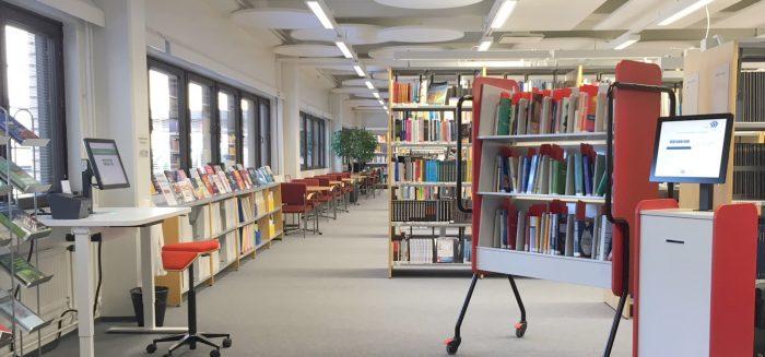 SAMKin Rauman kirjaston lainausautomaatti ja varaushylly. Self-service station in SAMK library.