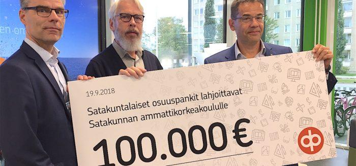 SAMKin rehtori Jari Multisilta hallituksen puheenjohtaja Henry Merimaa vastaanottamassa OP Länsi-Suomen toimitusjohtaja Matti Kiurulta lahjoitusta.