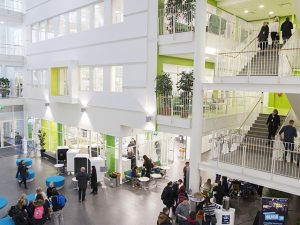 Opiskelijoita ja henkilökuntaa SAMK-kampus Porin aulassa.