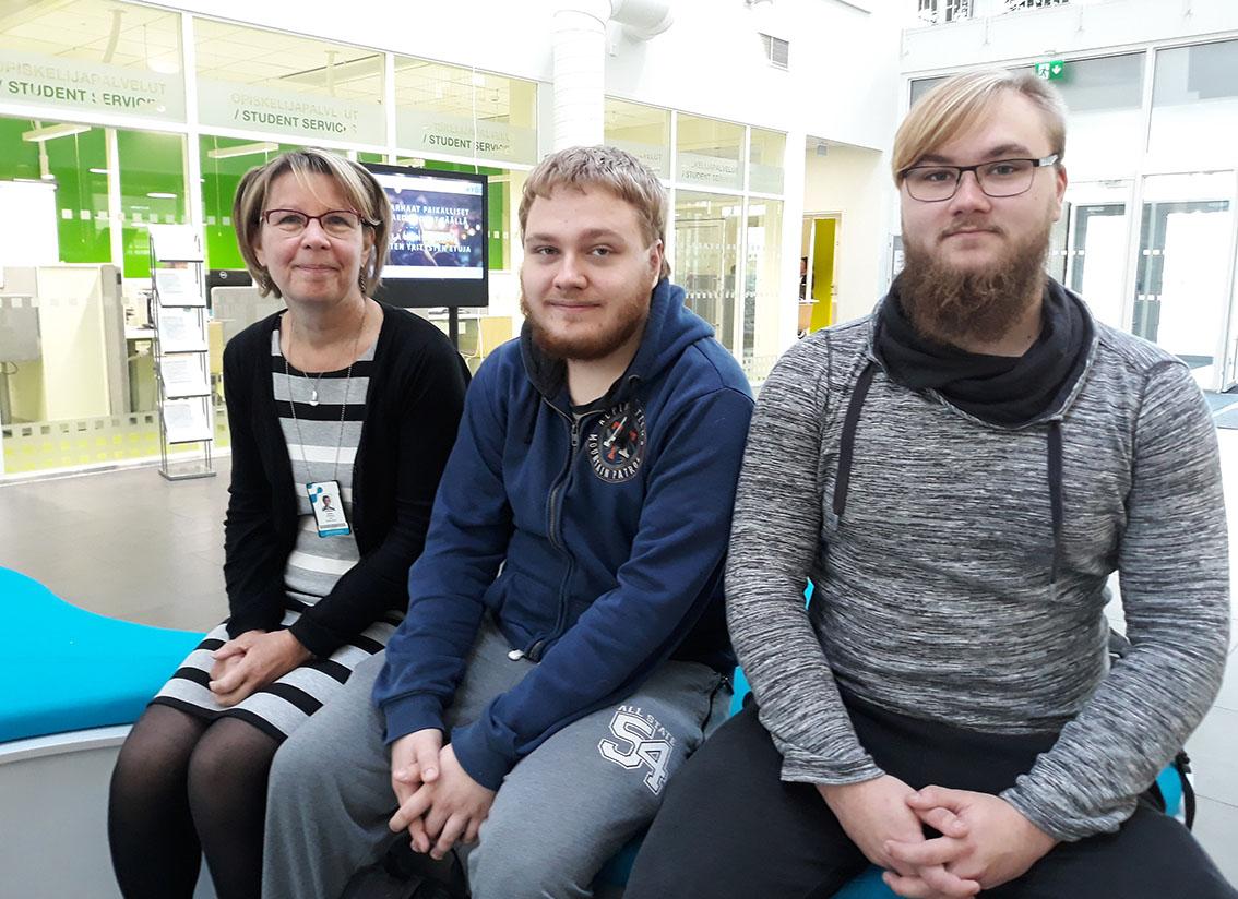 – NOPSA-väylä on ollut selvästi pääsykokeita parempi, Matias Hakomäki ja Lauri Koskela toteavat. Opiskelijoiden kanssa matematiikan opettaja Hanna Tommila.