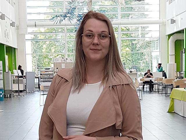 Hoitotyön opiskelija Noora Lempinen SAMKin Porin kampuksen Atriumilla.