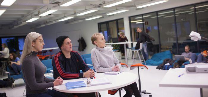 Satakunnan ammattikorkeakoulu liiketalouden opiskelijoita Raumalla.