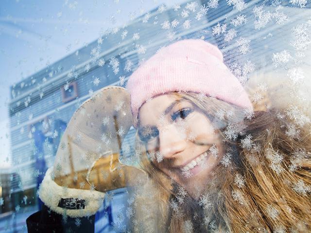 SAMKin opiskelija talvella ulkona.
