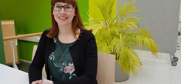 Niina Holappa SAMKin Porin kampuksen kirjastossa.