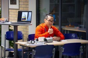 OpenSAMKin tunnelmia, opiskelija näyttää peukaloa.