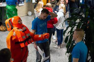 Opiskelija sukelluspuvussa OpenSAMKissa.